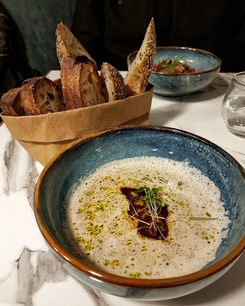 Velouté de champignons et foie gras mi-cuit